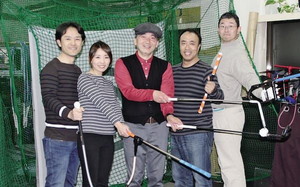 長井プロ(中央)を慕って集まる生徒さんたちと「新宿インドアゴルフ」で
