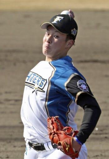 春季教育リーグの楽天戦で対外試合初登板を果たし、1回1安打無失点だった日本ハムの吉田輝(12日、鎌ケ谷)=共同