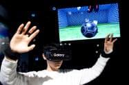 VRを使うサッカーゲームも体験できる(12日、東京都渋谷区)