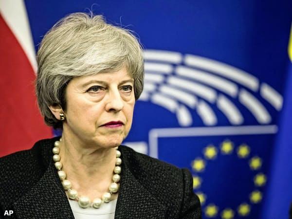 採決前夜の記者会見でメイ英首相は厳しい表情を崩さなかった(11日、仏ストラスブール)=AP