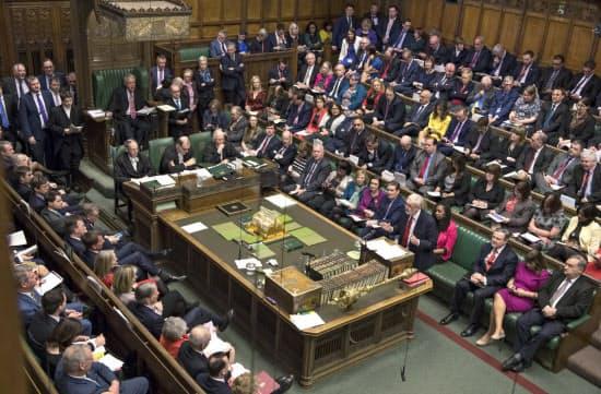 メイ英首相の離脱協定案を巡って議論は割れる(2月27日、英議会)=AP