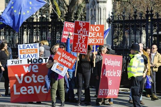 英EU離脱方針を巡って抗議する英市民ら(2月27日、ロンドン)=AP