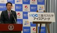 新潟市アイスアリーナの新名称を発表する中原八一新潟市長(12日、新潟市)