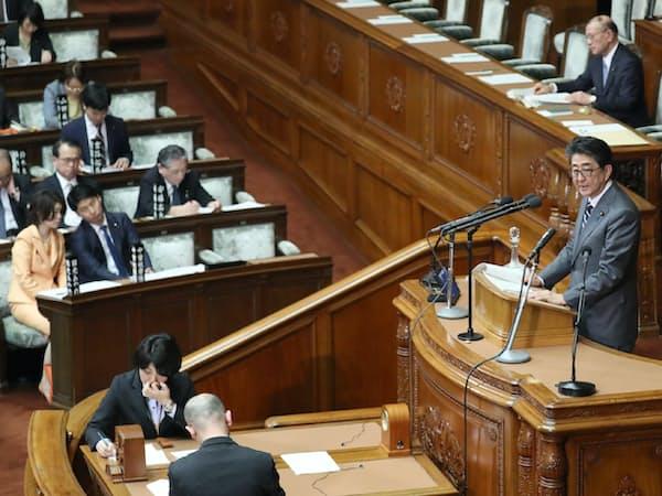子ども・子育て支援法改正案が審議入りした衆院本会議で答弁する安倍首相(12日)