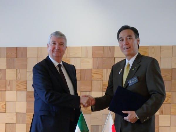 協定締結式に臨んだ阿部知事(右)とケスラ社長