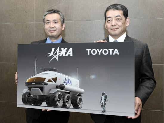対談後、記念写真に納まるトヨタ自動車の寺師茂樹副社長(右)とJAXA理事で宇宙飛行士の若田光一氏(12日、東京都港区)
