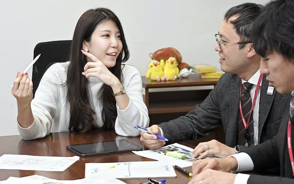 NTTドコモ本社で打ち合わせするハピキラFACTORYの正能茉優社長(左)(東京都千代田区)