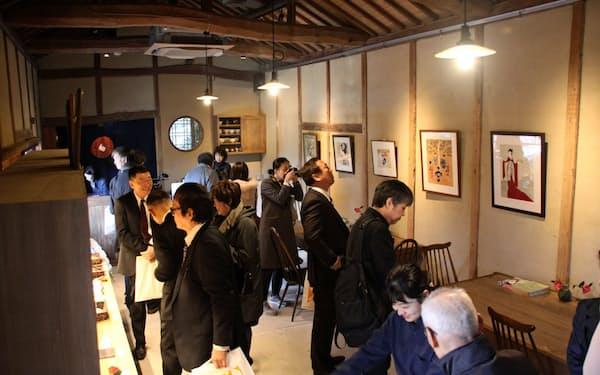 納屋を改装したカフェでは創作和菓子を味わえる(12日、岡山県瀬戸内市)