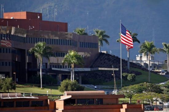 ポンペオ国務長官は大使館員の引き揚げを発表した(米国の在ベネズエラ大使館)=ロイター