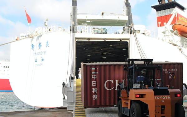 国際フェリーから荷揚げされたコンテナ。鉄道で関東まで運ぶ(11日、神戸港)