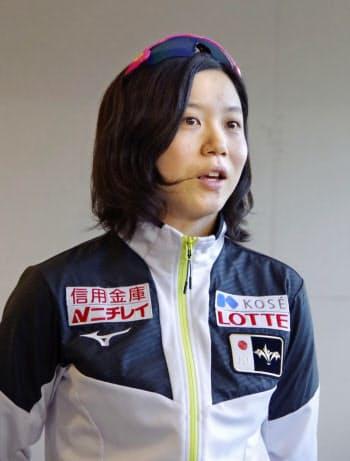 スピードスケートのW杯最終戦を終え帰国した高木美帆(12日午後、成田空港)=共同