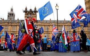 ロンドンの国会議事堂前に集まった人たち(12日)=ロイター