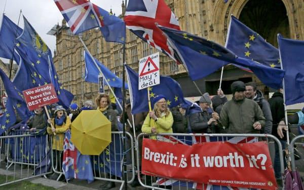 ロンドンの国会議事堂前に集まった人たち(12日)=AP