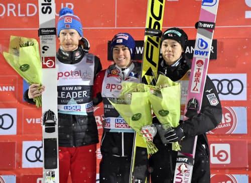 3位となり、今季17度目の表彰台に立った小林陵侑(右)。中央は今季4勝目のシュテファン・クラフト(12日、リレハンメル)=共同