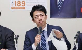 自民党の厚生労働部会長を務める小泉進次郎氏(中央)