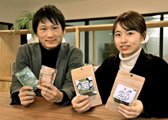 バグモの松居佑典代表(左)と西本楓さん=共同