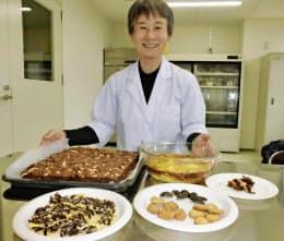 イナゴなどの昆虫料理を披露する大阪国際大の西岡准教授(大阪府守口市)
