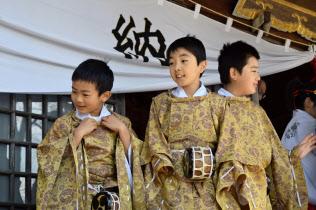 福島県川内村に伝わる西山獅子の舞い手(左から秋元君、西山君、鈴木君、2018年4月)