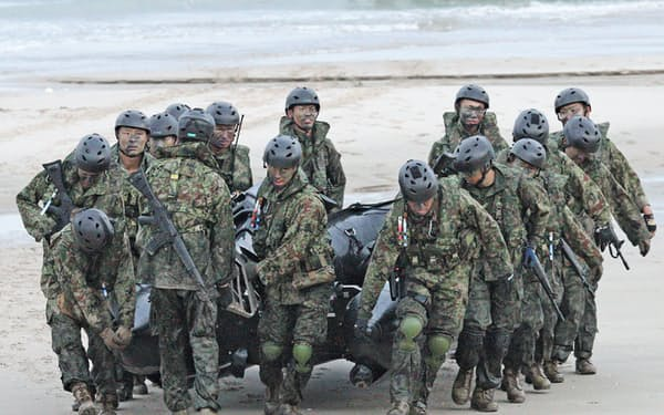 米海兵隊との共同訓練で上陸に使ったボートを運ぶ陸自水陸機動団(2018年10月、鹿児島県中種子町)