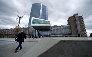 長期的な停滞に陥っている先進国で今の金融政策を続けても事態を悪化させるだけだという。写真は欧州中央銀行=ロイター