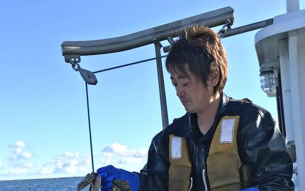 船木さんは毎日スマホで水温や塩分濃度をチェックし、生育状況をより的確に把握する(北海道佐呂間町)