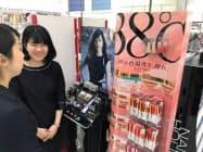 フローフシは現在、リップなどが若い女性に人気を集めている(東京・新宿)