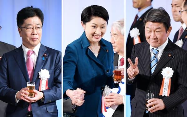 竹下派の懇親会に出席した(写真左から)加藤、小渕、茂木の各氏=13日、東京都港区