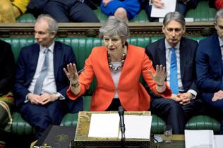 EU離脱の混迷を打開できないメイ首相(12日、英議会)=ロイター