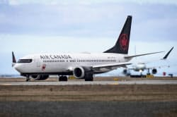 バンクーバー国際空港に駐機するエア・カナダのボーイング737MAX(12日)=AP