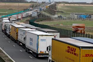 EU離脱は英経済に打撃を与える(13日、ドーバー海峡に近い仏コケルで並ぶトラック)=ロイター