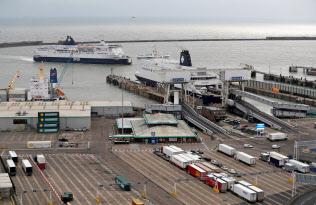 欧州大陸への玄関口である英南部ドーバー港=ロイター