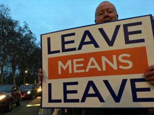 英議会は「合意なし離脱?#24037;?#21542;決したがリ?#25915;?#27531;る(英議会前でEU離脱を訴えるデモ隊)
