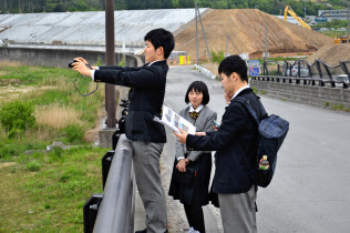 定点観測でカメラを構える大槌高校3年の工藤さん(左)