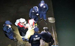 密漁を取り締まるため、シラスウナギを捕る人の許可証を確認する海上保安庁と静岡県の職員(静岡県磐田市)