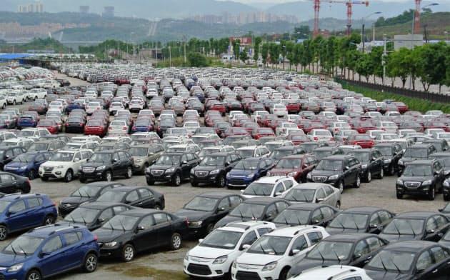 自動車販売が鈍り、在庫増から生産が落ち込んでいる(重慶市にある自動車工場の完成車置き場)