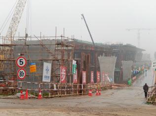 景気対策でインフラ建設は持ち直し傾向だが…(昨年12月、湖南省の橋梁の建設現場)