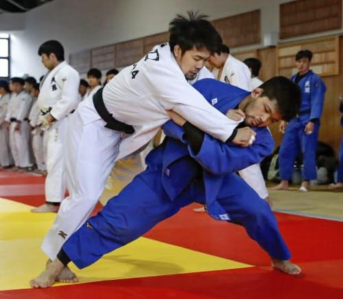 母校の天理大で練習を公開し、汗を流す大野将平=右(14日、奈良県天理市)=共同