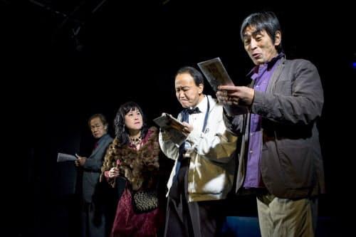 くじら企画が再演した「海のホタル」(1月、大阪市のウイングフィールド、撮影=藍田マリン)