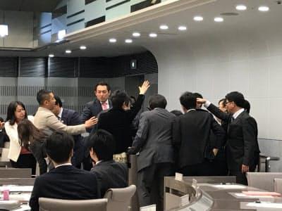 予算特別委員会で委員長に異議を訴える自民・共産両党の議員ら(14日、東京都議会)