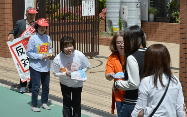 住民投票の投票所前で支持を訴える賛成、反対双方の支援者(2015年5月、大阪市福島区)