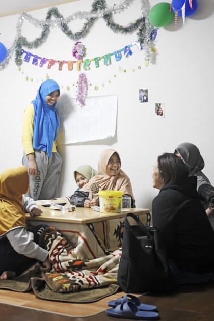 実習生は寮で集団生活している。ふるさとに住む家族と電話をしたり、仲間とこたつに入ってカラオケをしたり、思い思いの時間を過ごす