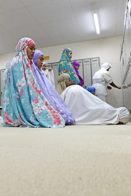 昼休みにロッカールームで礼拝をするインドネシア人技能実習生。企業が理解を示し、時間と場所を確保している(宮城県塩釜市のぜんぎょれん食品)