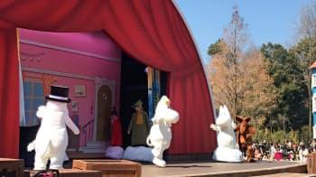 「エンマの劇場」ではムーミンらによるダンスや歌のショーを開く