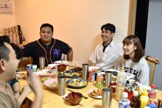 民泊利用者の約8割は訪日客だ(東京都内の施設で料理づくりなどを楽しんだタイ人グループ)