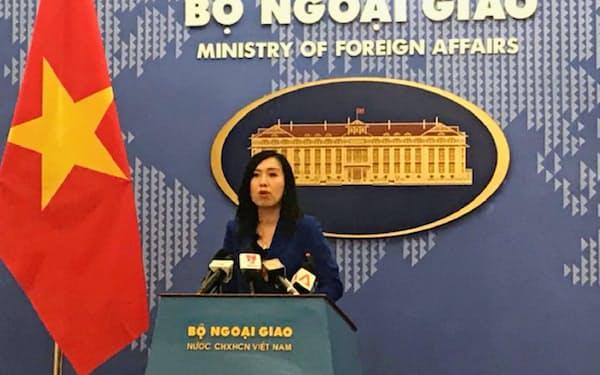会見するベトナム外務省のレ・ティ・トゥ・ハン報道官(14日、ハノイ)