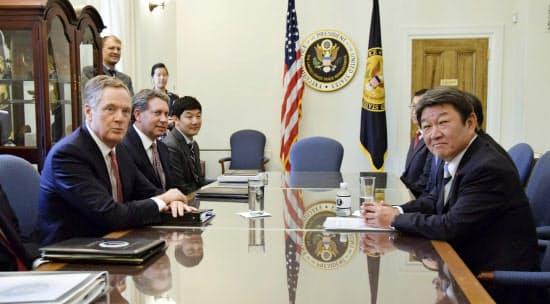 米は厳しい要求をしてくる可能性がある。写真は茂木経済財政相(右)とライトハイザー米通商代表部代表(手前左)(2018年8月、ワシントン)=代表撮影・共同