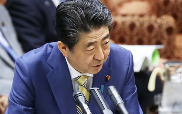 参院予算委で答弁する安倍首相(14日午前)