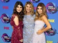 人気ドラマ「フルハウス」に出演していたロリ・ロックリン氏(中央)も起訴された。娘のベラ(左)とオリビア(右)はいずれも南カリフォルニア大学に入学した=AP