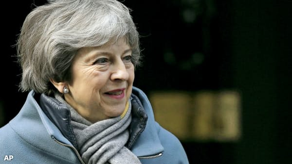 メイ英首相、三たび瀬戸際戦術 止まらぬ迷走