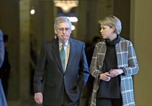 共和党上院トップのマコネル院内総務(左)(ワシントン)=AP